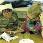 Schülerinnen beraten Senioren in Handy-Fragen